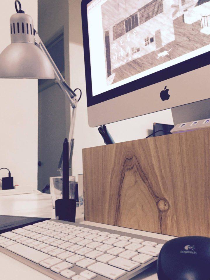 桌面、IKEA 層板桌、21.5 吋的 iMac 與手繪版,拉瓦的創作工具意外單純